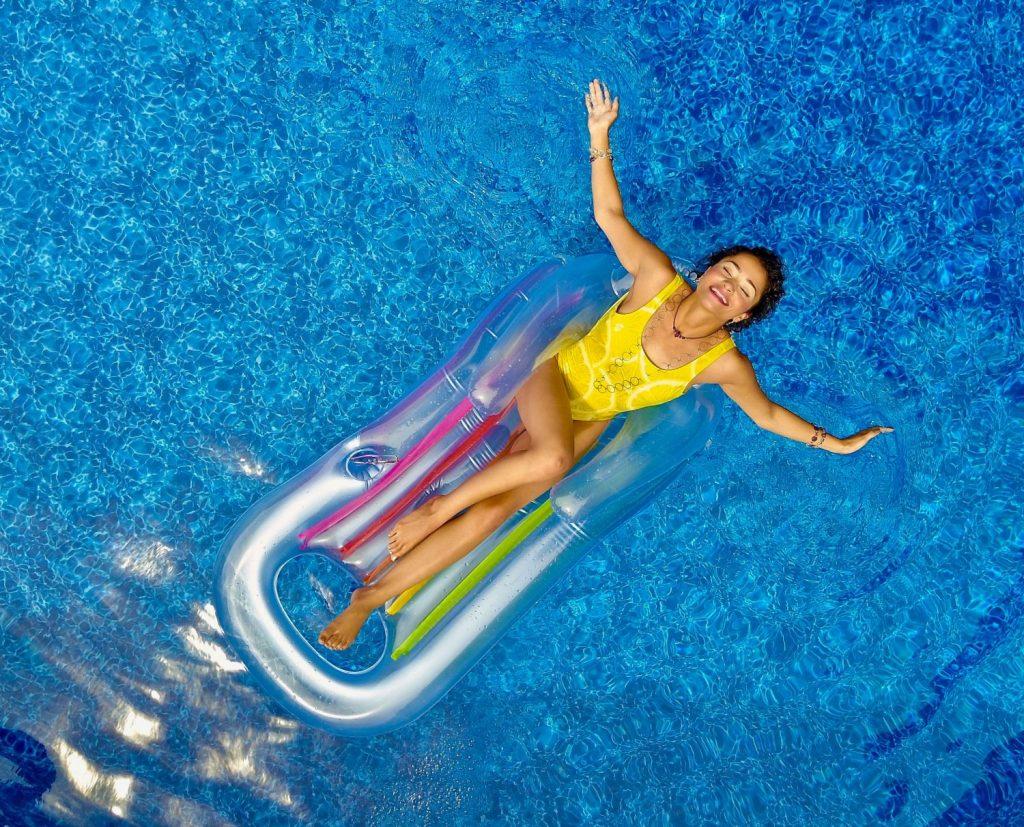 Senior Travel women in pool